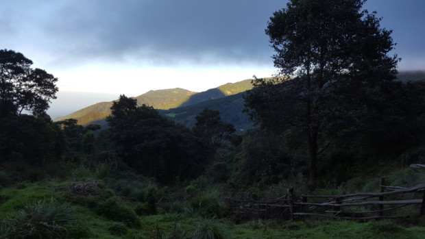 Sombra de volcán Santa María sobre volcán Cerro Quemado