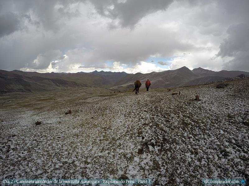 Caminando bajo el granizo en las montañas andinas del Perú