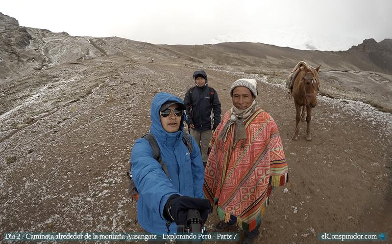 Alfredo, Ernesto y mi persona, acompañados por un caballo.