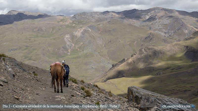 El guía, con el caballo de emergencia.