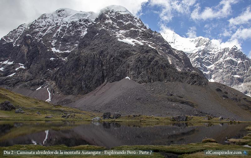 Laguna Yanacocha, al pie de la montaña Ausangate.