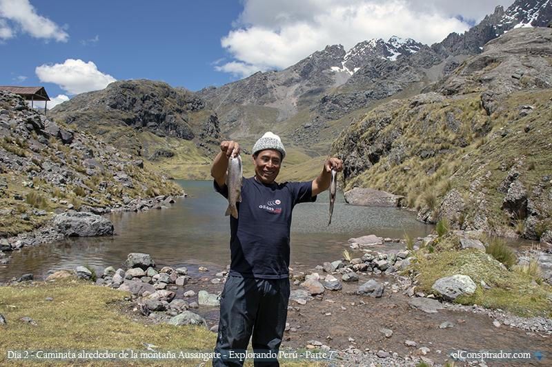 Ernesto Jancco, guía, mostrándonos dos truchas pescadas por uno de los habitantes del lugar.