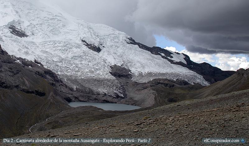 Otra laguna más en los horizontes. Ir hacia esa dirección es el camino original del trekking Ausangate, nosotros nos dirigíamos hacia la montaña de los siete colores.