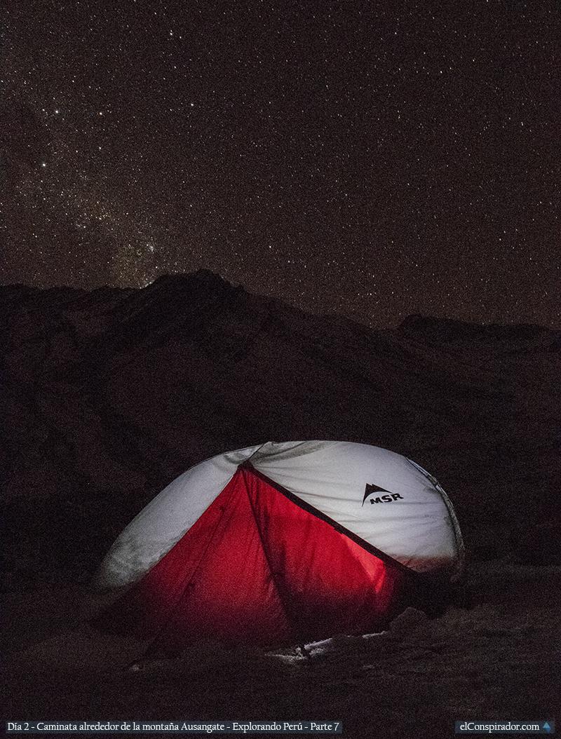 Campamento en la nieve, camino a la montaña de siete colores.